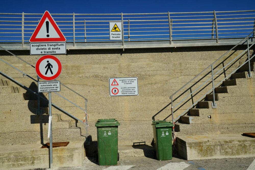 Agropoli Schilder auf Hafenmauer