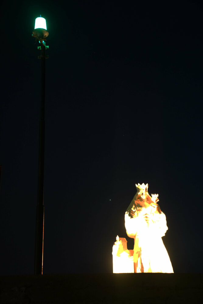 Agropoli Hafenmauer beleuchtete Madonna
