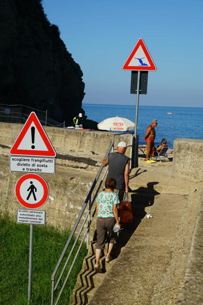 Agropoli Strandaufgang Verbotsschilder