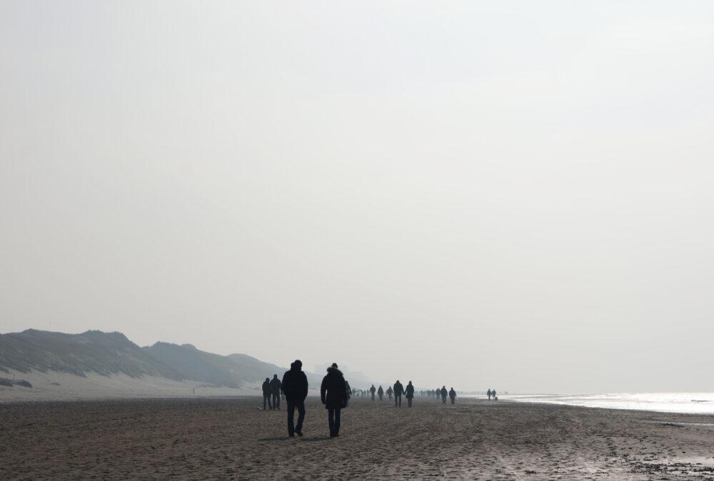 Menschprozession am Strand