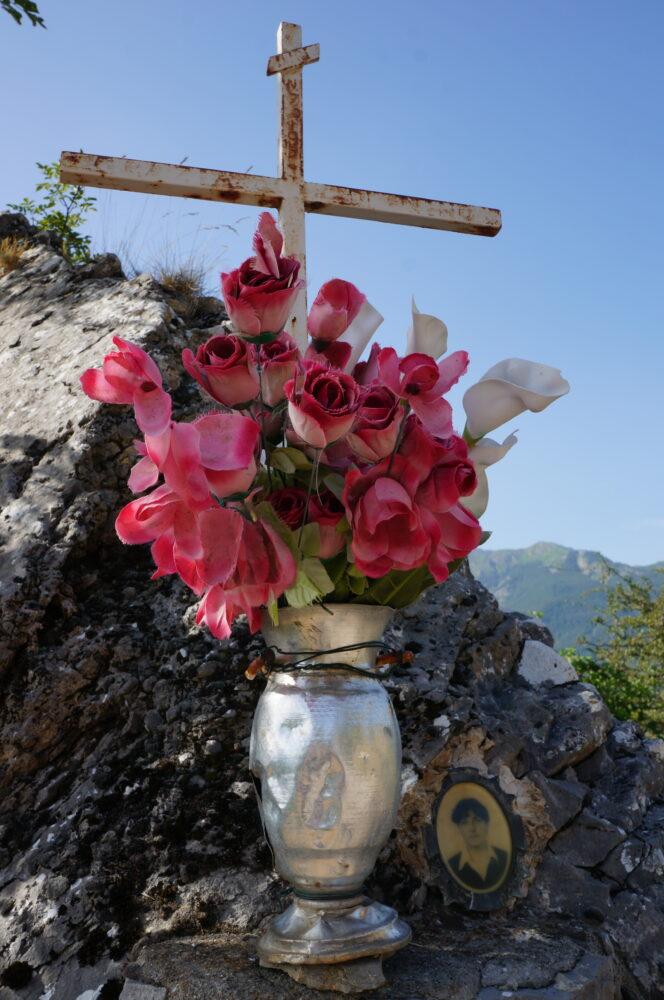 Blumenstrauß am Kreuz