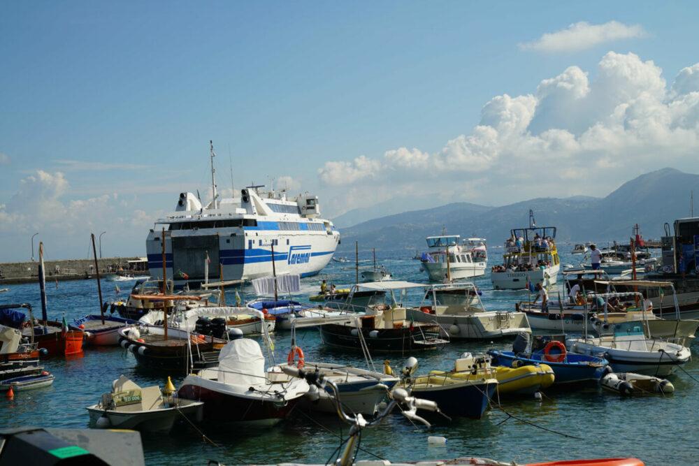 Capri überfüllte Hafeneinfahrt