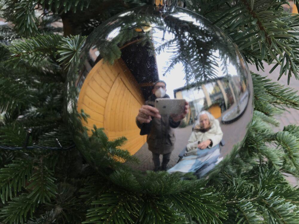 Spiegelnde Kugel am Weihnachtsbaum
