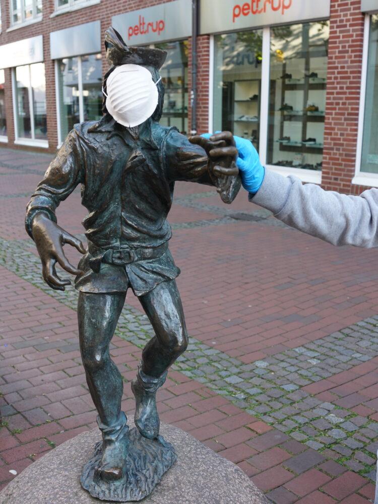 Harlekin Skulptur mit Mundschutz