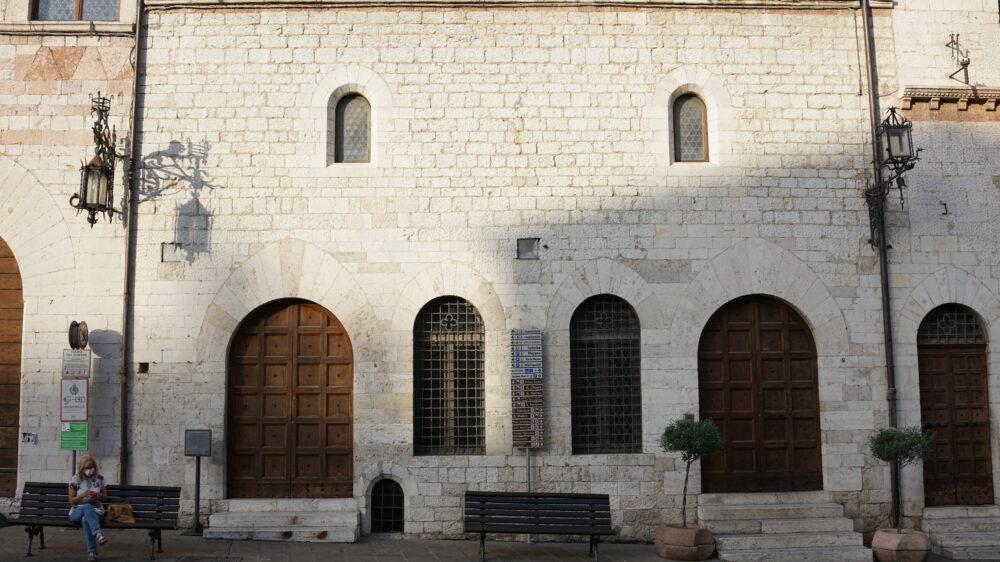 Assisi Frau auf Piazza del Commune