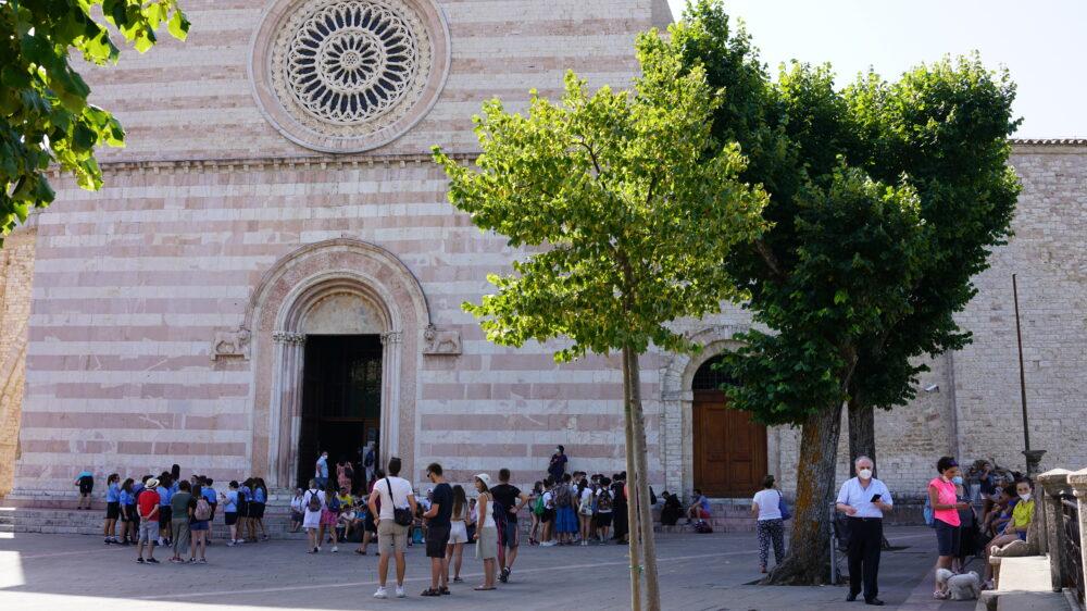 Menschen vor Basilika Santa Chiara