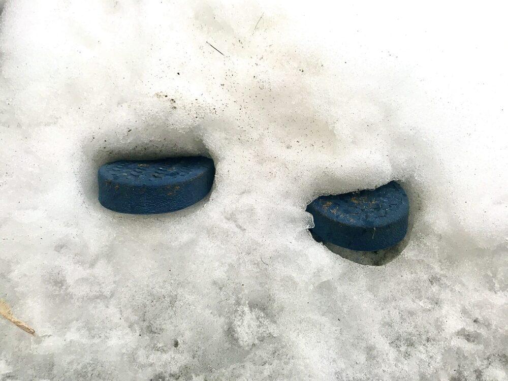 Gartenschlappen im Schnee