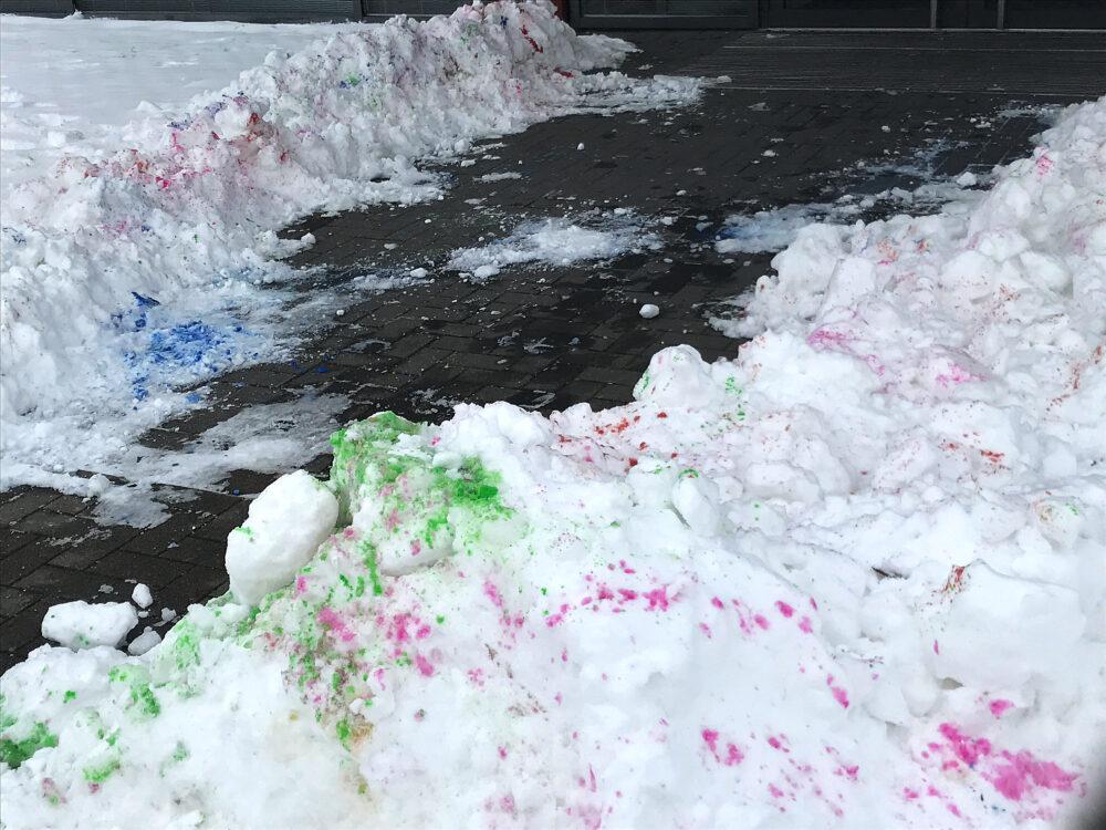 Farbkleckse auf Schnee