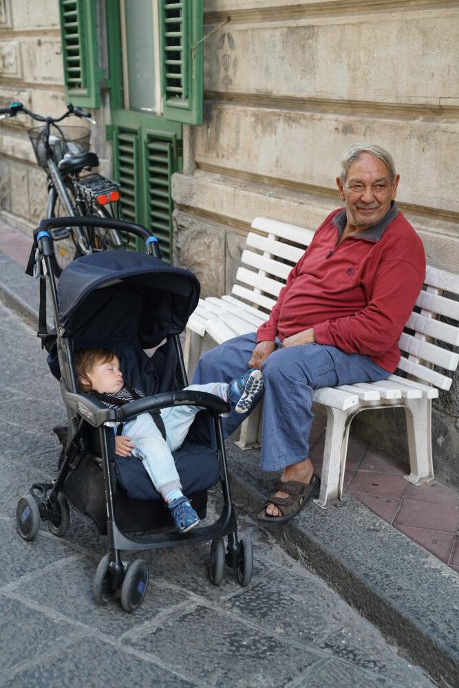 Opa und Enkel auf Lipari
