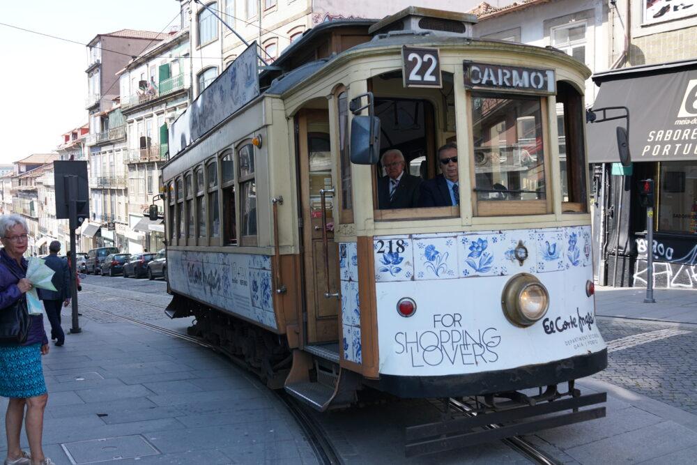 Porto Straßenbahn mit Kacheln