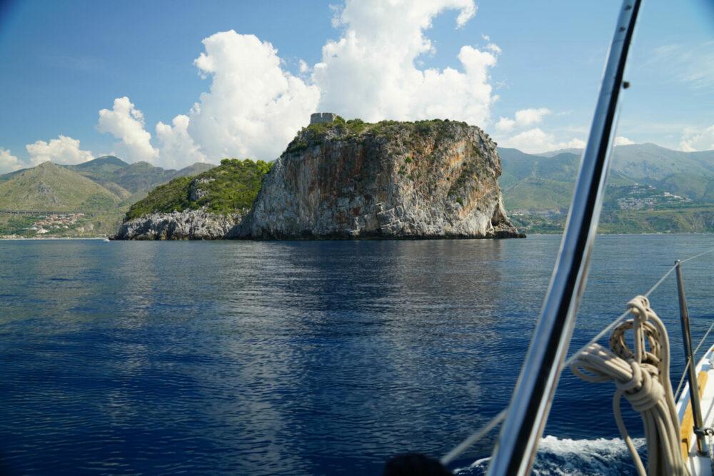 Felsen im Meer vor San Nicola