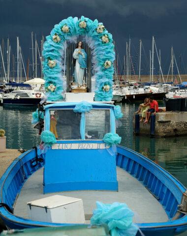 Madonna-Figur auf Fischerboot
