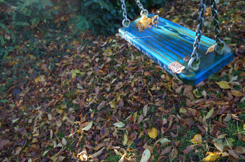 Herbstlaub und Schaukel
