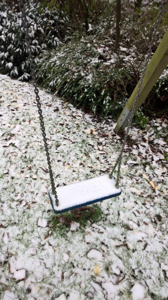 Schnee auf Schaukel