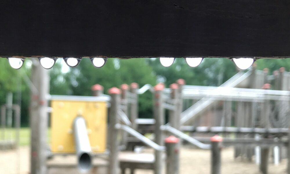 Kinderspielplatz im Regen