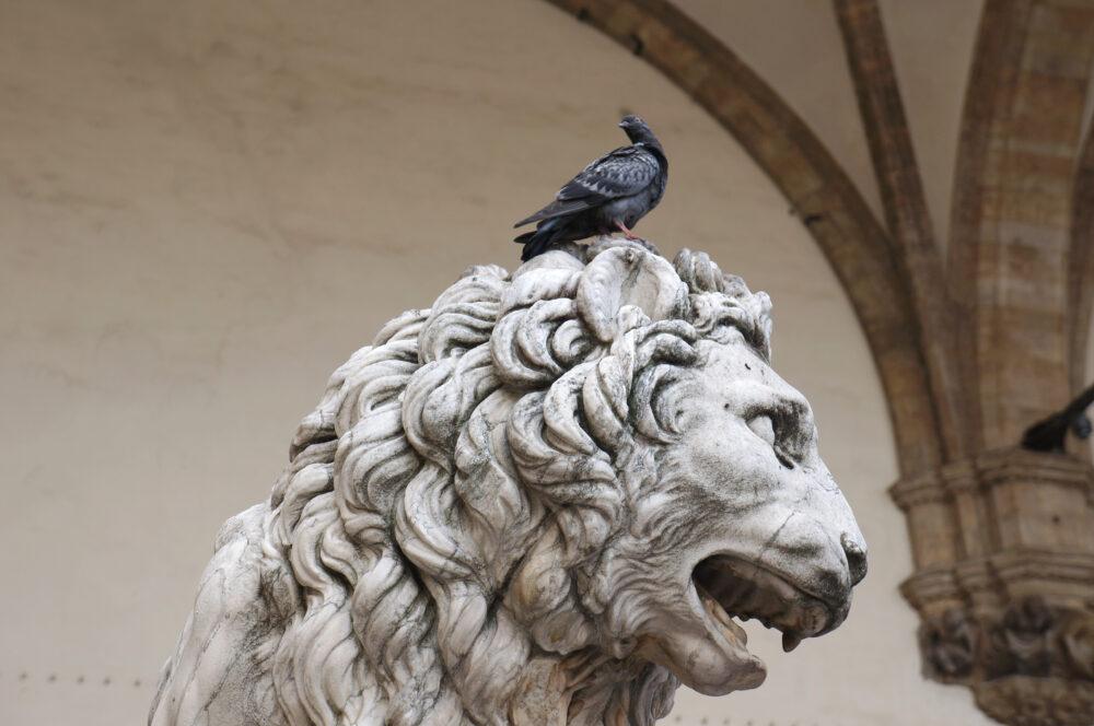 Löwenkopf mit Taube