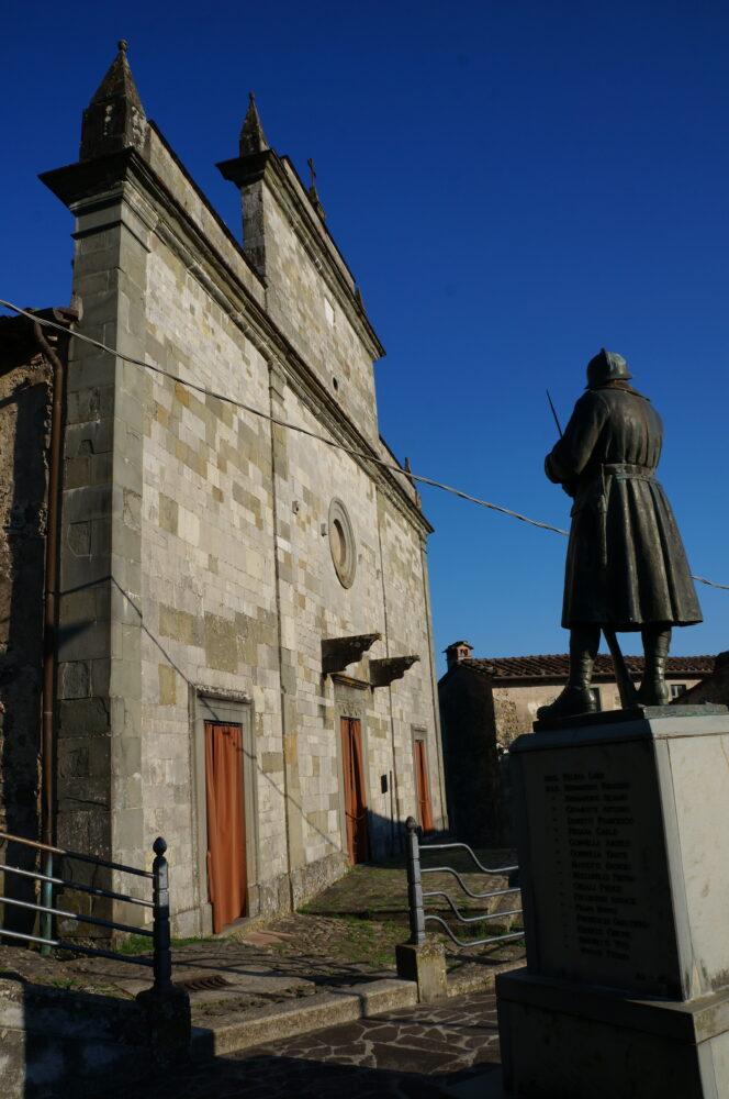 Figur vor Kirche in Tereglio