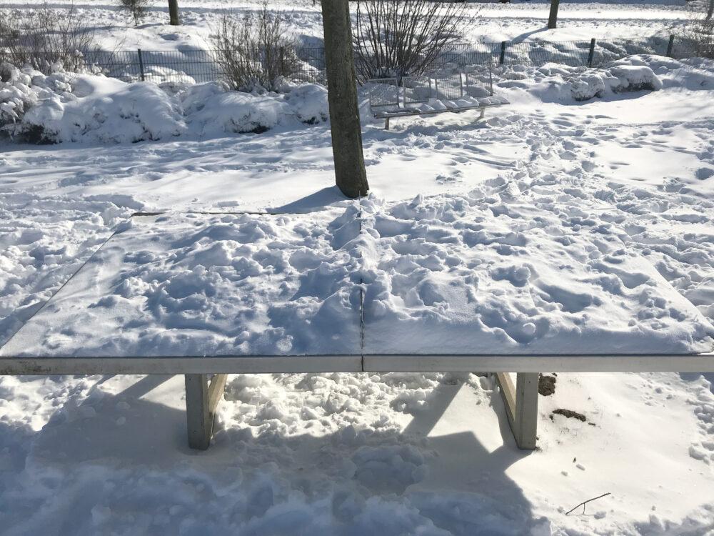 Schnee auf Tischtennisplatte