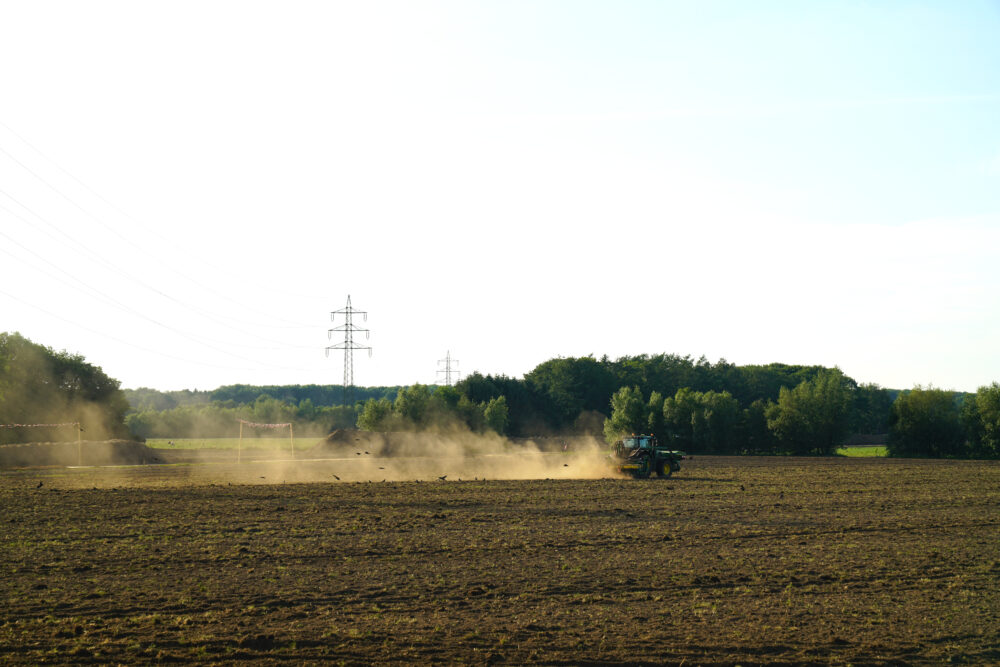 Traktor auf ausdörrtem Feld