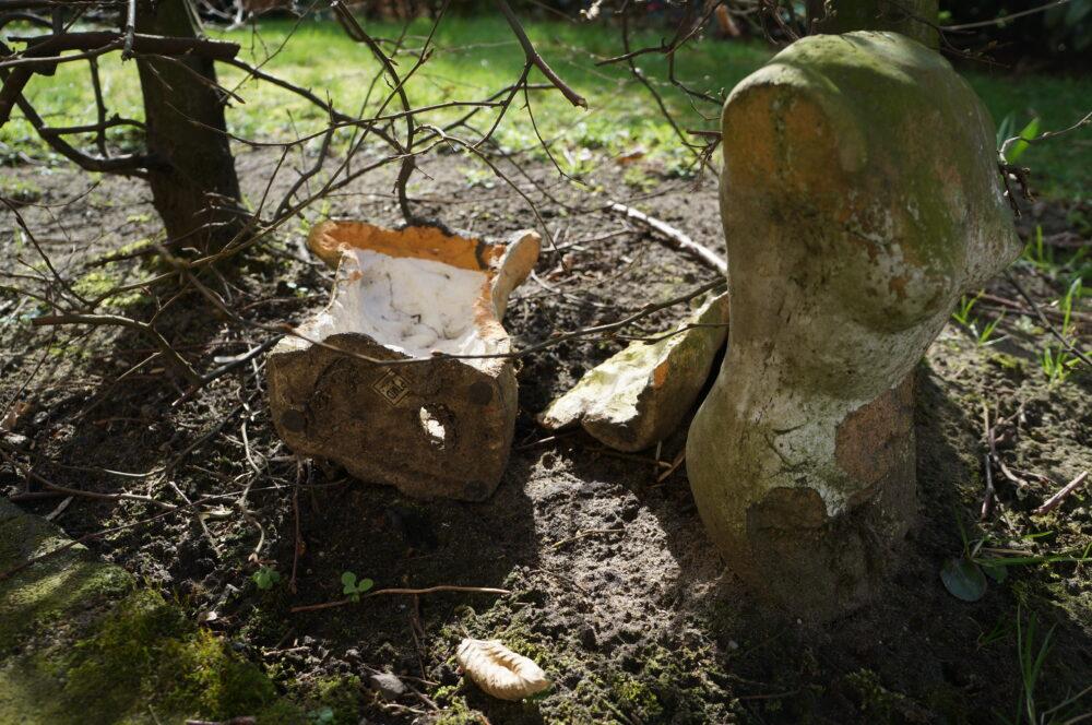 Gipsfigur Garten zerbrochen
