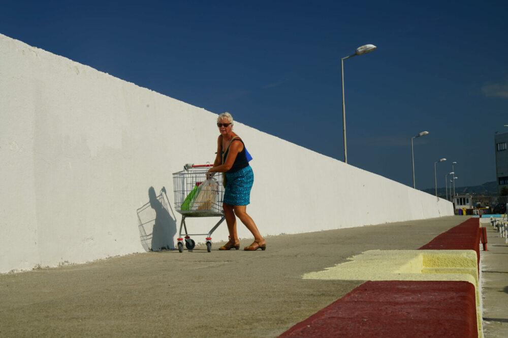 Einkaufswagen auf der Hafenmauer