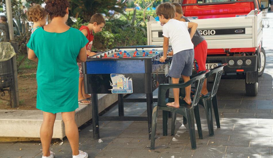 Kinder am Kicker Piazza