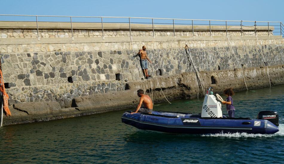 Junge steuert großes Schlauchboot