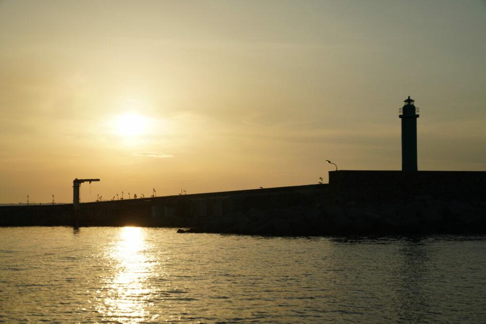 Hafenmauer am Abend