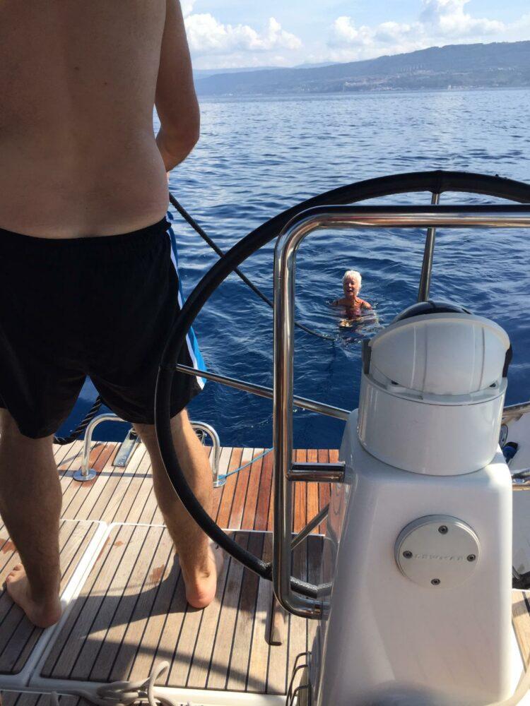 Von Segelyacht durchs Meer gezogen